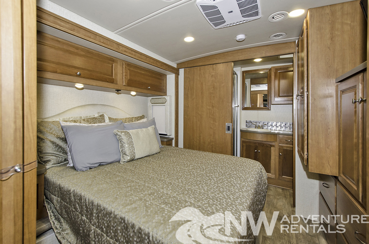 NW Adventure Rentals - 2018 Sunstar Master Bed